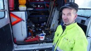 Tiepalvelun vapaaehtoisen autossa kulkee Pertti Kunrannan mukaan runsaasti apuvälineitä.