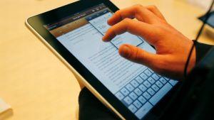 Mies käsittelee iPadia.