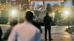 Mielenosoittajia ja armeijan tankkeja Manaman kaupungissa Bahrainissa