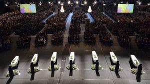 Sveitsin bussiturman uhrien muistotilaisuus pidettiin Soeverein Arenalla Lommelissa 21. maaliskuuta 2012.