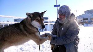 Tapani Launonen keskustelee elokuvasusi Essun kanssa Pikisaaren kävelysillalla.