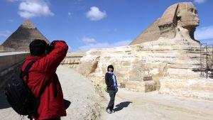 Kaksi kiinalaisturistia sai ottaa rauhassa toisistaan kuvia Gizan pyramideilla 10. helmikuuta viranomaisten avattua alueen uudelleen. Suurin osa turisteista pysytteli poissa Mubarakin vastaisten mielenosoitusten ollessa vielä käynnissä.