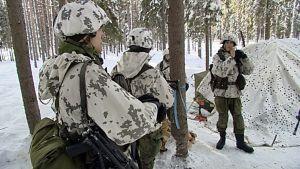 sotilaita tauolla lumisessa metsässä