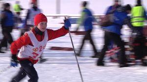Tyttö hiihtää kilpaa