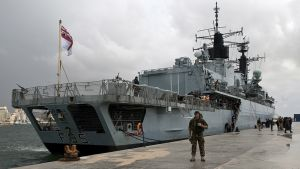 Sota-alus satamassa.