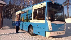 Kirjastoauton kyljessä on kuva Höytiäiseltä.
