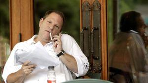 Harvey Weinstein tupakalla ravintolan terassilla.