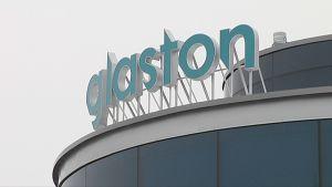 Glastonin logo tehtaan katolla.