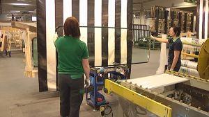 Valmista lasia tarkastetaan Pilkingtonin tehtaalla.