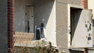 Luodinreiät näkyvät selvästi poliisin ja Mohamed Merahin välisen tulitaistelun jälkeen tämän asunnon ulkoseinissä ja ikkunanpielissä.