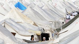 Syyrialaisnaiset seisoivat telttansa edustalla pakolaisleirillä Antakyassa, Turkissa 19. maaliskuuta 2012.