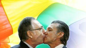 Homopari suutelee toisiaan.