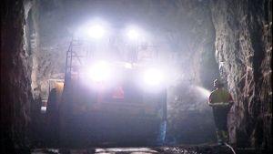 Työkone ja rakennusmies luolassa.