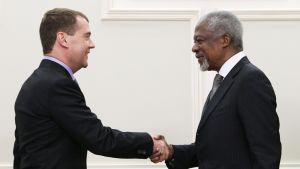 Medvedev ja Annan kättelevät hymyillen.