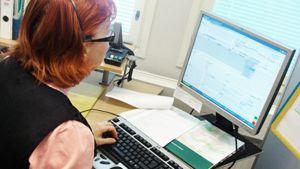 Nainen tietokoneen äärellä.