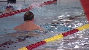 Uimareita uimahallin altaassa.