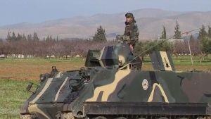 Libanonilaissotilas panssariajoneuvon päällä.