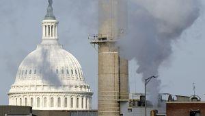 Washington DC:n hallintorakennuksille energiaa tuottava US Capitol -hiilivoimala ja sen taustalla varsinainen Capitol-rakennus.