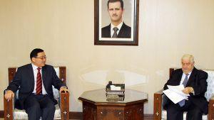 Syyrian ulkoministeri Walid al-Moallem lukee Kiinan Syyrian erikoislähettilään Li Huaqingin toimittamaa Kiinan ulkoministerin viestiä.