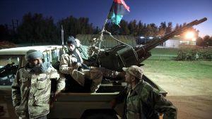 Libyan hallituksen sotilaita tiesululla Kufran kaupungin lähistöllä Kaakkois-Libyassa.