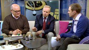 Oikealla istuvan Jakke Holvaksen vieraina olivat studiossa kultaseppä Jan Roos sekä kultaseppä ja Bukowskin intendentti Henrik Kihlman.