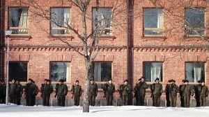 Varusmiehiä Dragsvikin varuskunnan edustalla.