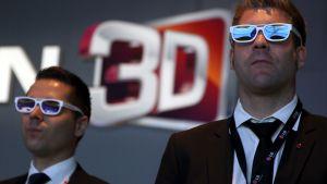 Kahdella pukumiehellä on 3D-lasit päässään.