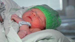 Pipopäinen vastasyntynyt Jorvin synnytysosastolla.