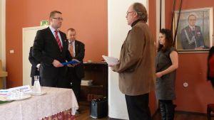 Puolustusministeri Wallin vastaanotti adressin Hennalan käynnillään.