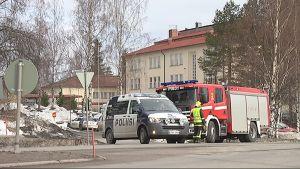 Poliisi ja paloauto Oriveden yhteiskoulun läheisyydessä.