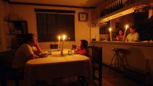 Philippiiniläinen perhe osalistuu Earh Hour -tempaukseen Quezon kaupungissa.