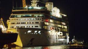 Risteilyalus Sandakanin satamassa myöhään illalla 1. huhtikuuta 2012.