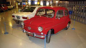 Punainen pieni Fiat 600.