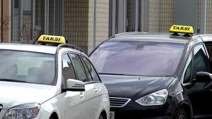 Taksit odottavat kyytiä