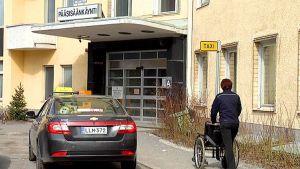 Taksi keskussairaalan tolpalla