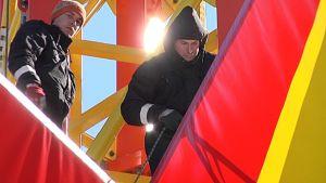 Asentajat kiipeilevät Star Flyerin tornissa