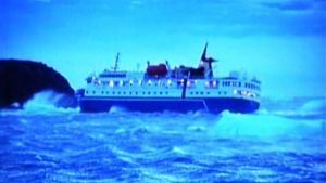 Risteilyalus jäihin juuttuneena Etelämantereen vesillä