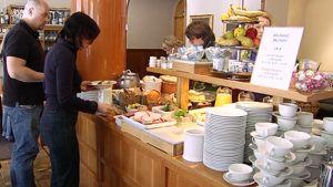 Ihmisiä hakemassa ruokaa noutopöydästä