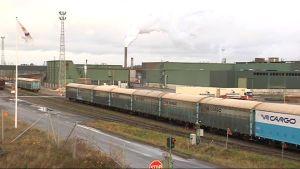 Stora Enson Kiteen saha, jonka pihassa tavarajuna.