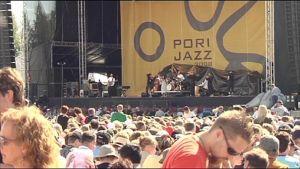 Pori Jazzin yleisöä Kirjurinluodossa