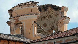 Järistyksessä romahtanut Santa Maria del Suffragion kirkon kupoli L'Aquilan kaupungin keskustassa.