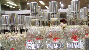 Finlandia Vodka -pulloja Alkon hyllyssä