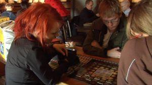Nuoret pelaavat lautapeliä oululaisessa ravintolassa.