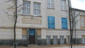 Vivi Lönnin vuonna 1912 suunnittelema entinen Joensuun Yhteiskoulu, nykyinen Joensuun seudun kansalaisopisto.