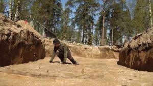 Uusi hautalöytö Lappeenrannan Huhtiniemessä. Hauta erottuu tummempana maa-alueena.