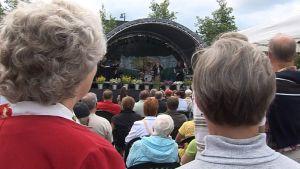 Yleisöä iskelmäkonsertissa Jämsän torilla.