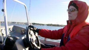 Punatakkinen nainen veneessä