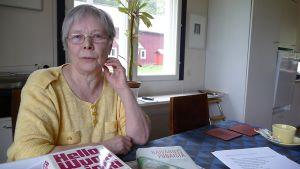 Iitin harrastajateatteri valmistaa kesäksi 2010 Laila Sepän kirjoittaman ja tosielämän tapahtumiin perustuvat näytelmän Rouva Wuolijoki ja hänen vieraansa Brecht.