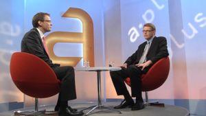 Toimittaja Heikki Ali-Hokka jututtaa pääministeri Matti Vanhasta studiossa ennen A-plussan alkua 20. toukokuuta 2009.