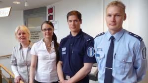 Poliisit ja sosiaalityöntekijät pyrkivät yhdessä vähentämään nuorten rikoksia.